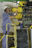 Installatore di telecomunicazione sulla scaletta dell'OSHA immagini stock