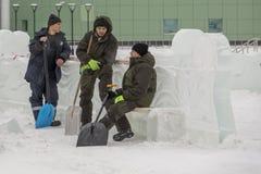 Installatori con le pale nelle mani della città del ghiaccio fotografia stock