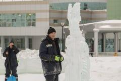 Installatori con le pale nelle mani della città del ghiaccio fotografia stock libera da diritti