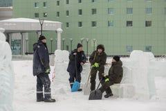 Installatori con le pale nelle mani della città del ghiaccio immagini stock libere da diritti