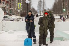 Installatori con le pale nelle mani della città del ghiaccio fotografie stock libere da diritti