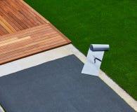 Installazione artificiale dell'erba nel giardino della piattaforma con gli strumenti fotografia stock libera da diritti