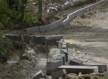 Installazione concreta del bordo La linea guida della corda del livello è parallelo allungato alla linea naturalmente Rinnovament Fotografia Stock Libera da Diritti