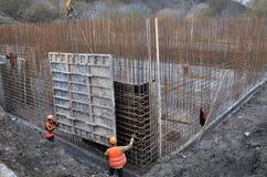 Installazione degli schermi della costruzione per la produzione di cassaforma Immagini Stock