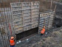 Installazione degli schermi della costruzione per la produzione di cassaforma Immagini Stock Libere da Diritti