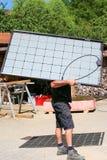 Installazione dei moduli solari semitrasparenti immagine stock