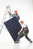 Installazione dei pannelli solari fotovoltaici dell'energia alternativa Fotografia Stock