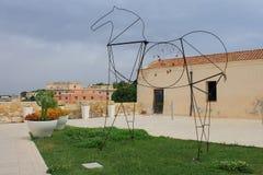 Installazione del cavallo dai tubi del metallo a Cagliari Sardegna Italia Immagine Stock