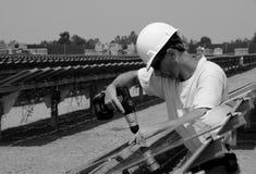 Installazione del comitato solare fotografie stock