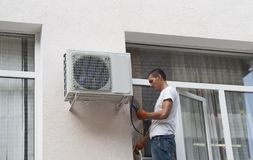 Installazione del condizionatore d'aria immagini stock libere da diritti