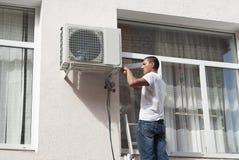 Installazione del condizionatore d'aria immagini stock