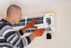 Installazione del condizionatore d'aria fotografie stock libere da diritti