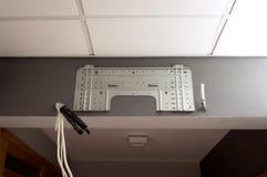 Installazione del condizionatore d'aria su un ufficio o su una parete domestica Fotografia Stock