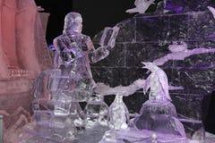 Installazione del ghiaccio sotto forma di uomo con un libro immagine stock libera da diritti