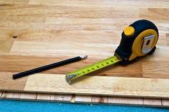 Installazione del pavimento di legno Fotografie Stock