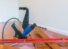 Installazione del pavimento di legno duro Immagini Stock Libere da Diritti