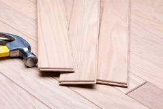 Installazione del pavimento di legno duro nuovo Immagine Stock