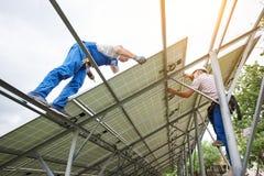 Installazione del sistema voltaico del pannello della foto solare Fotografie Stock