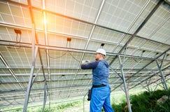 Installazione del sistema voltaico del pannello della foto solare Fotografia Stock Libera da Diritti