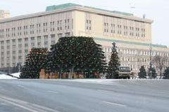 Installazione dell'albero di Natale su Lubyanka a Mosca Fotografia Stock Libera da Diritti