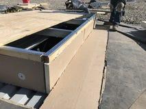 Installazione dell'iso sulla base di CA; riparazioni di tetto sul tetto equilibrato dell'annuncio pubblicitario di EPDM Fotografie Stock