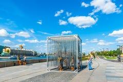 Installazione della cortina di ferro nel parco di Museon delle arti di Mosca fotografie stock