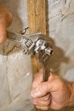 Installazione della valvola dell'impianto idraulico Immagini Stock
