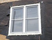 Installazione delle finestre di plastica con le zanzariere Fotografia Stock Libera da Diritti