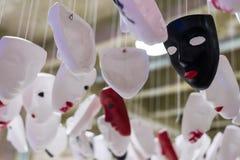 Installazione delle maschere bianche, nere e rosse immagine stock