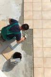 Installazione delle mattonelle di pavimento Fotografia Stock
