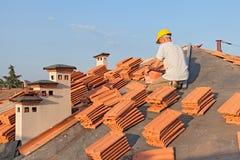 Installazione delle mattonelle di tetto Fotografia Stock Libera da Diritti