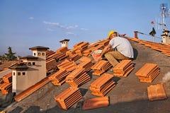 Installazione delle mattonelle di tetto fotografia stock