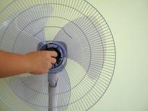 Installazione delle parti del fan per il benvenuto di questa estate immagine stock
