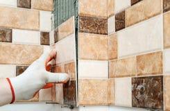 Installazione delle piastrelle di ceramica Immagini Stock Libere da Diritti