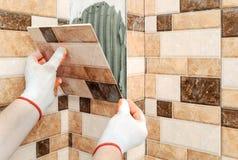 Installazione delle piastrelle di ceramica Immagini Stock