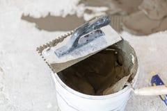 Installazione delle piastrelle di ceramica immagine stock libera da diritti