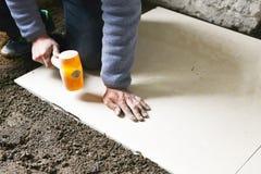 Installazione delle piastrelle per pavimento Fotografie Stock