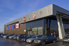 Installazione di Natale ai massimi della catena di negozi del supermercato Fotografia Stock