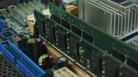 Installazione di RAM sul computer video d archivio