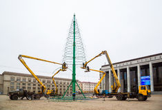Installazione di un albero di Natale Immagine Stock