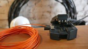 Installazione di un cavo di Internet stock footage