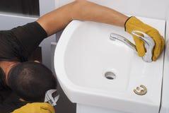 Installazione di un rubinetto per un lavandino Fotografia Stock Libera da Diritti