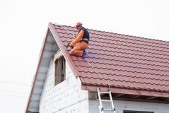 Installazione di un tetto immagine stock