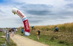 Installazione di una pietra miliare gonfiabile - Tour de France 2015 Immagini Stock