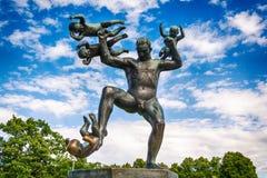Installazione di Vigeland nel parco di Frogner, Oslo 212 sculture intorno al parco tutte sono state progettate dall'artista Gusta Fotografie Stock