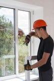 Installazione e riparazione delle finestre di plastica fotografia stock libera da diritti