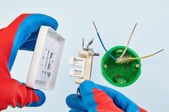 Installazione elettrica di nuovo interruttore della luce fotografia stock
