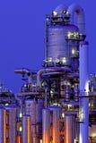 Installazione produttiva chimica alla notte Immagine Stock
