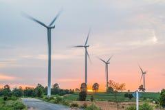 Installazioni di energia eolica nell'agricoltura il paese Fotografia Stock
