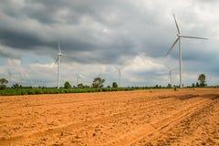 Installazioni di energia eolica nell'agricoltura il paese Fotografie Stock Libere da Diritti